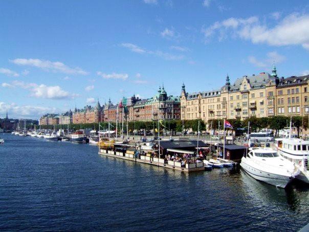 Boote in Stockholm nur 30 Minuten von unserem Ferienhaus in Schweden