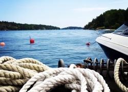 An unserem Bootssteg beim Ferienhaus am Meer vor Stockholm.