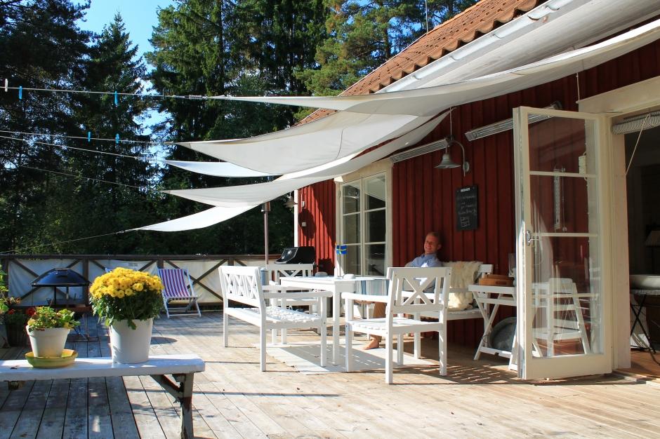 Die Terrasse des Stockholm Ferienhauses in Schweden.